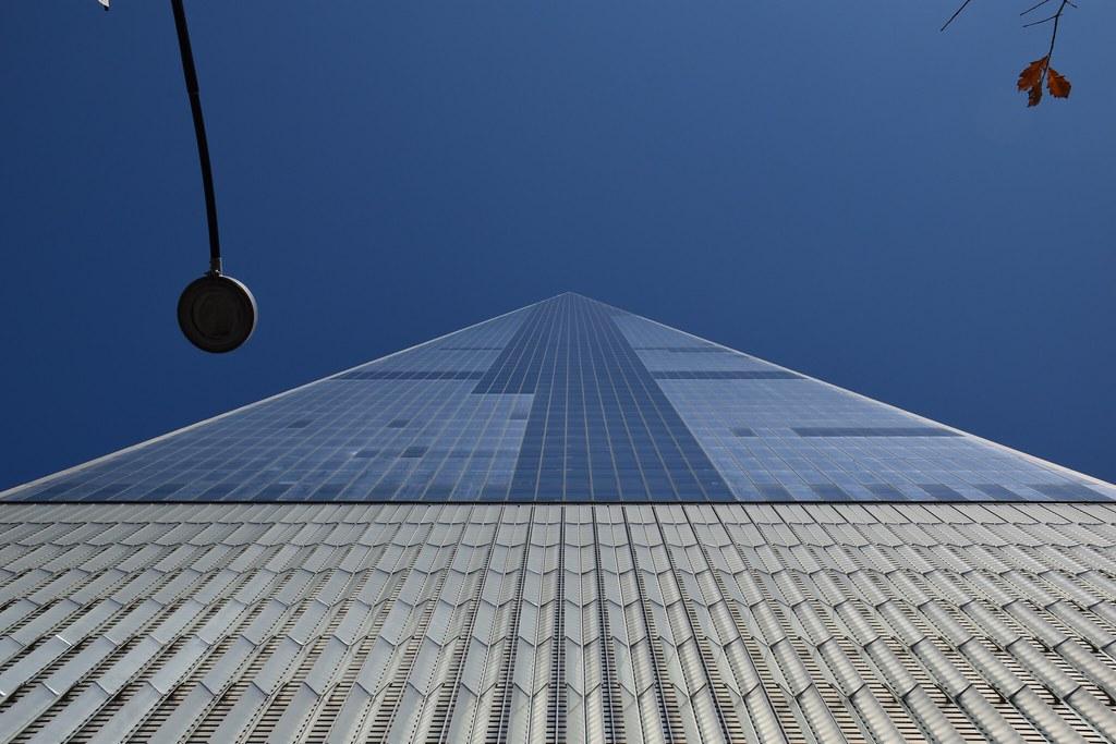 Vista de un rascacielos desde abajo.