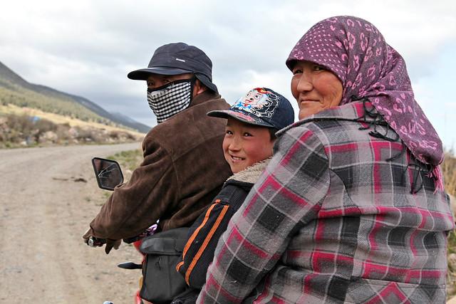 Smiling Kazakh family on a bike, Barkol バルクル、笑顔でバイクに乗るカザフ人家族