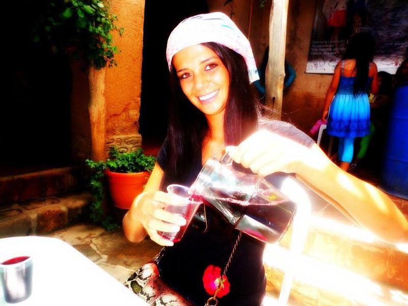 Anabel Angus tomando vino en Tarija