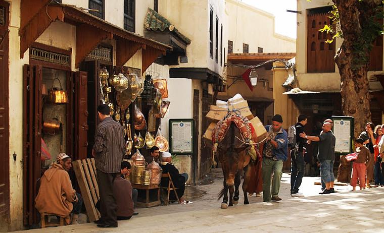Estampa habitual dentro de la medina de Fez en Marruecos con mercadillos y burros paseando
