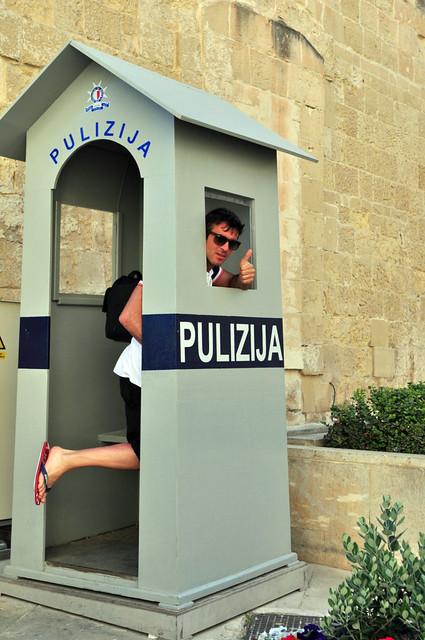 Qué ver en La Valeta: Alfonso en una garita dela policía de Malta
