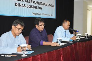Ka Dinsos dalam pembukaan workshop didampingi Ketua Forum CS
