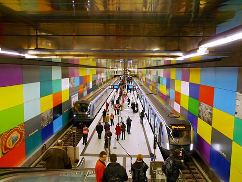 Neuer und alter C-Zug nebeneinander im Bahnhof Georg-Brauchle-Ring: Links der C1, rechts der neue C2