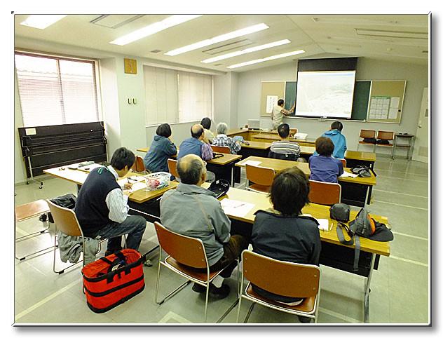 公民館でゴギについて学習する.内藤先生がどの辺りに産卵するかを黒板に書かれている.