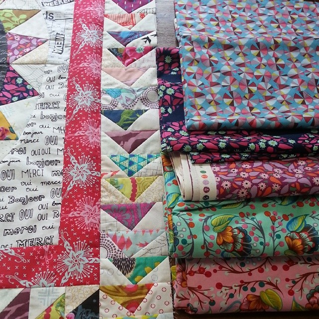 Trying to choose two fabrics for the next two borders? ! #whydoesitallhavetobesopretty #modernmedallion #amh @annamariahorner