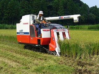 800px-Rice-combine-harvester,katori-city,japan