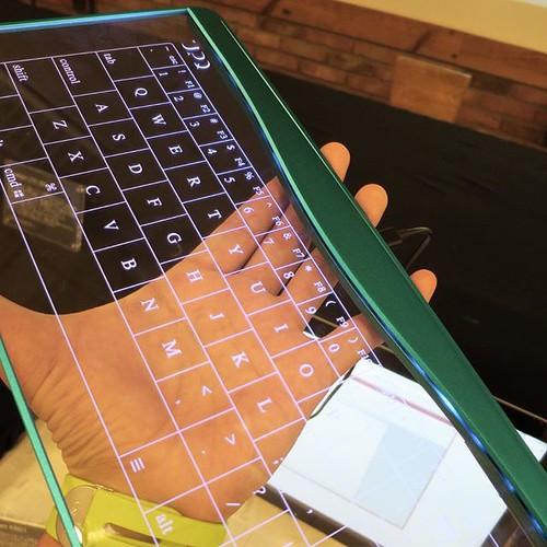 この透明なキーボード、いいね。