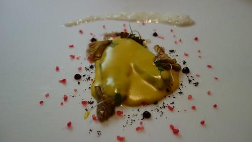 Cocochas de merluza al pilpil de foie (hecho con el aceite del foie), setas cinderella y espuma de horseradish (rábano picante inglés, parecido al wasabi)