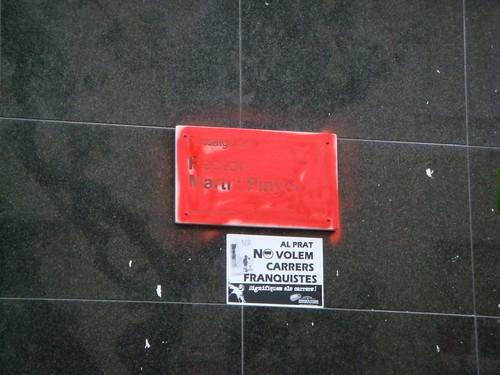 Placa pintada de vermell