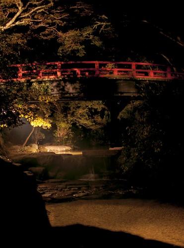 ライトアップされる橋