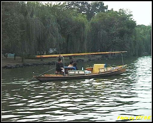 杭州 西湖 (其他景點) - 307 (在西湖十景之 蘇堤 蘇堤花港觀魚的結束點旁看蘇堤及遊湖小艇)