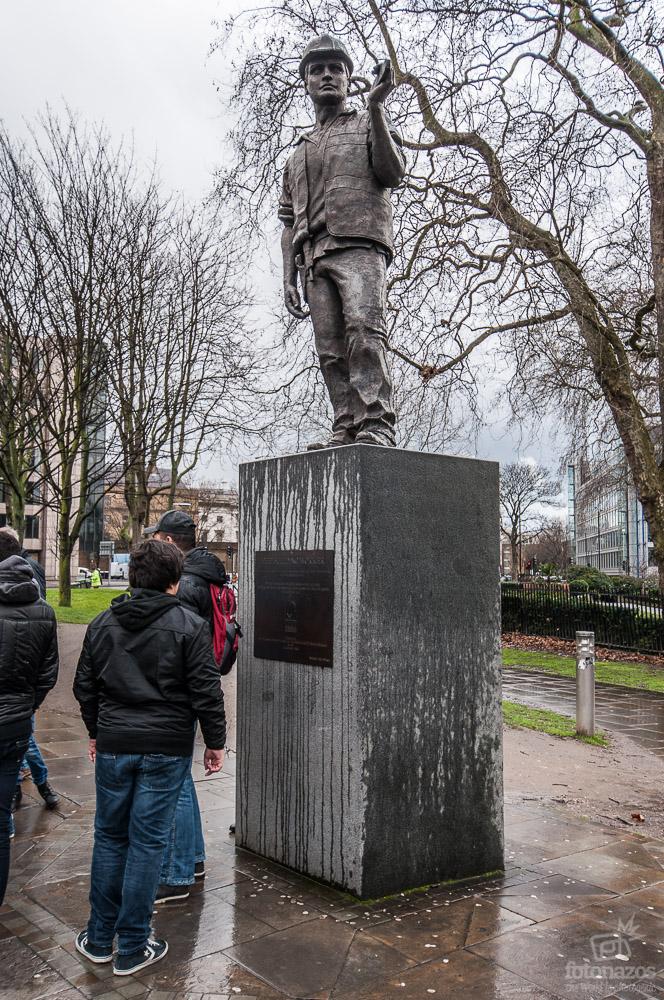 La estatua homenaje a los trabajadores muertos en la construcción en Tower Hill, Londres
