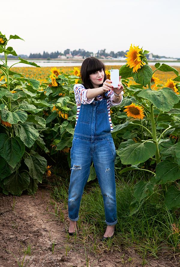 israeli fashion blog, selfie, dungarees, denim overall, sunflower field, סלפי, בלוגרית אופנה, אפונה בלוג אופנה, שדה חמניות, תמונה לאינסטגרם, אוברול