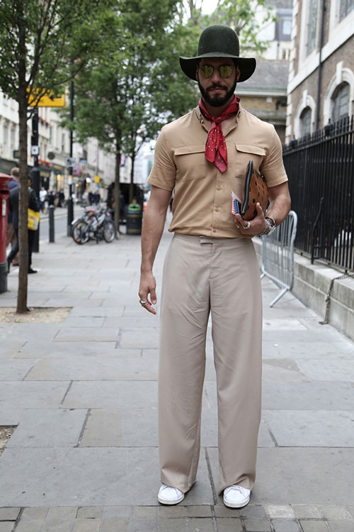 ベージュ半袖シャツ×ワイドパンツ×白スニーカー