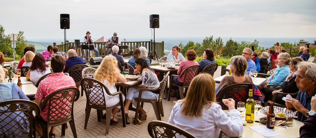 Concert en plein air sur la terrasse du Pavillon Arthabaska de Victoriaville