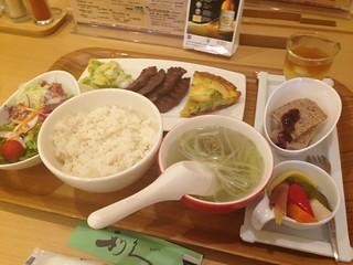 牛たん炭焼利久の牛タンと彩り野菜のアンサンブル