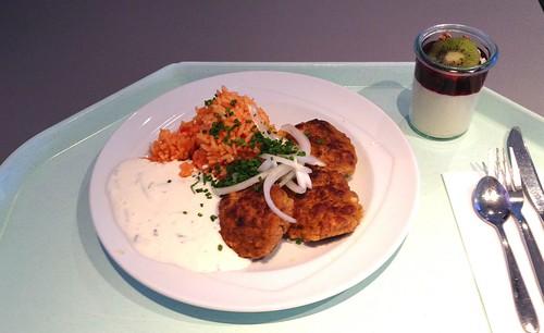 Griechische Bifteki mit frischen Zwiebeln, Tzatziki & Tomatenreis / Greek bifteki with fresh onions, tzatziki & tomato rice