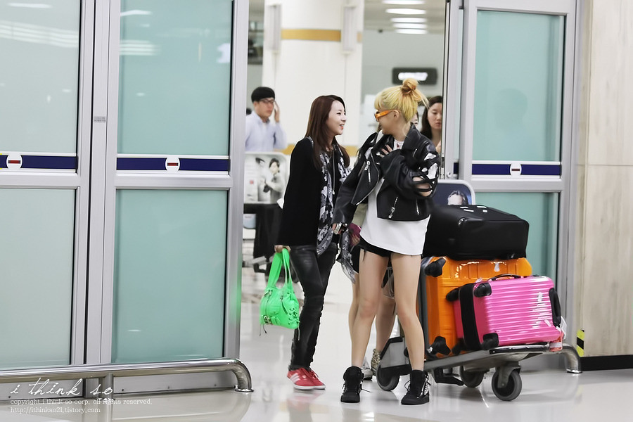 2NE1-airport-fashion-oct-1-1