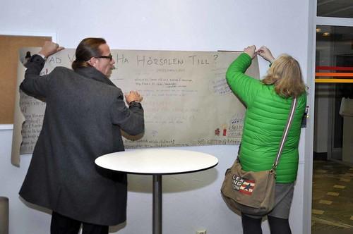 Lasse Fredrikson och Lisa Tilling hängde upp planschen med alla idér i kommunhuset Rosen.