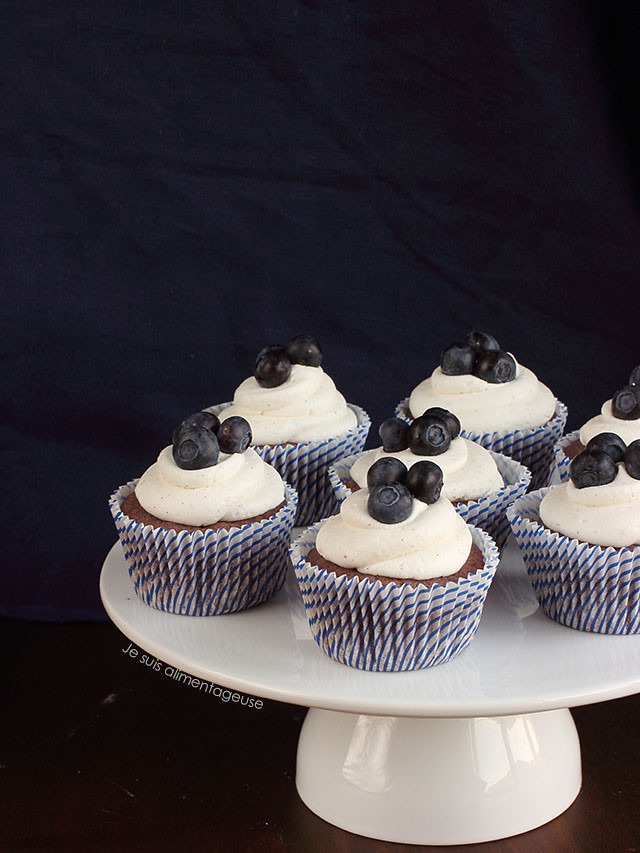 Bloo Blueberry Cupcakes with Vanilla Bean Frosting | Je suis alimentageuse | #vegan #cupcakes #blueberries
