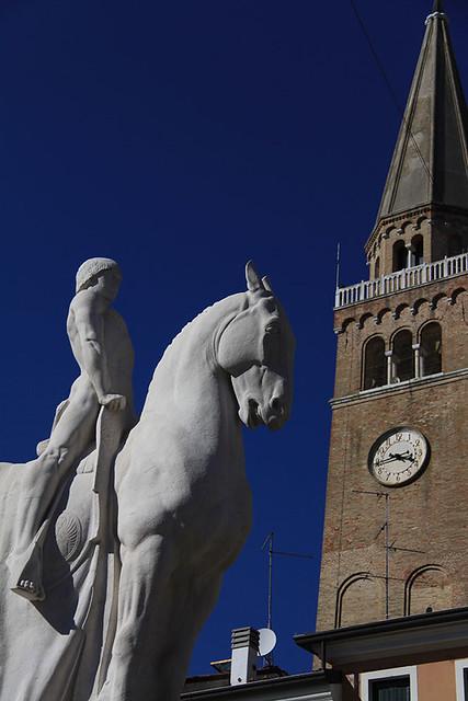 Monumento ai caduti e campanile pendente di Portogruaro