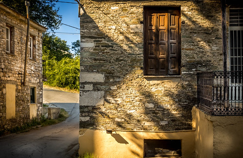 Σπίτια απο πέτρα στην Τσαγκαράδα. by Dimitris Amountzas