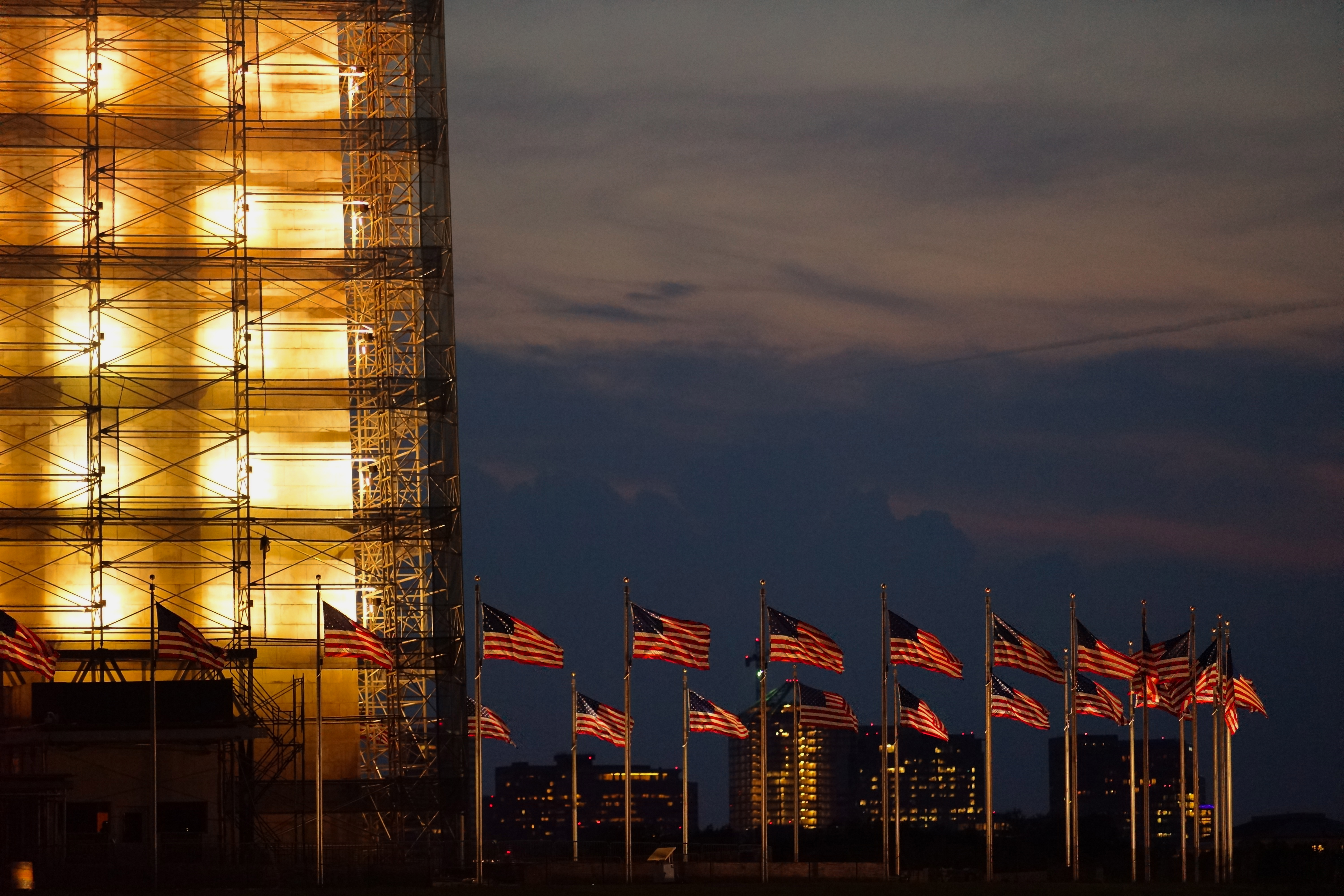 Lights come on at Washington Monument