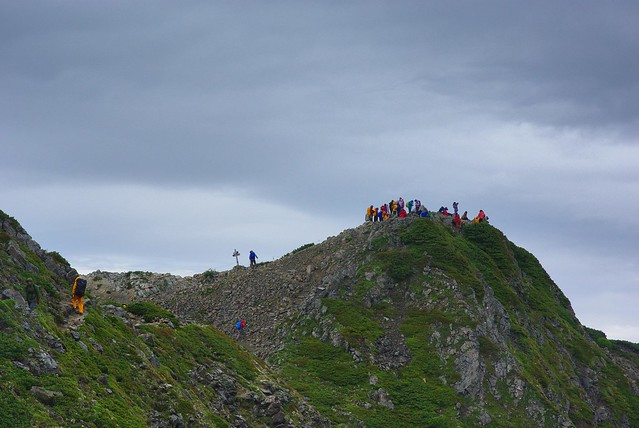 仙丈ヶ岳山頂には人がたくさん