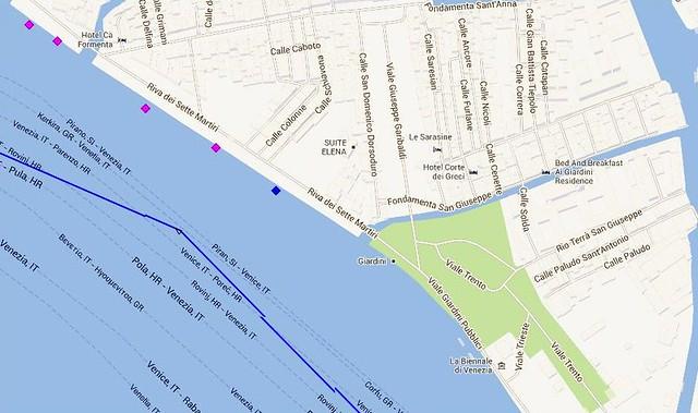 Nave sfiora la riva a Venezia: impazza la polemica