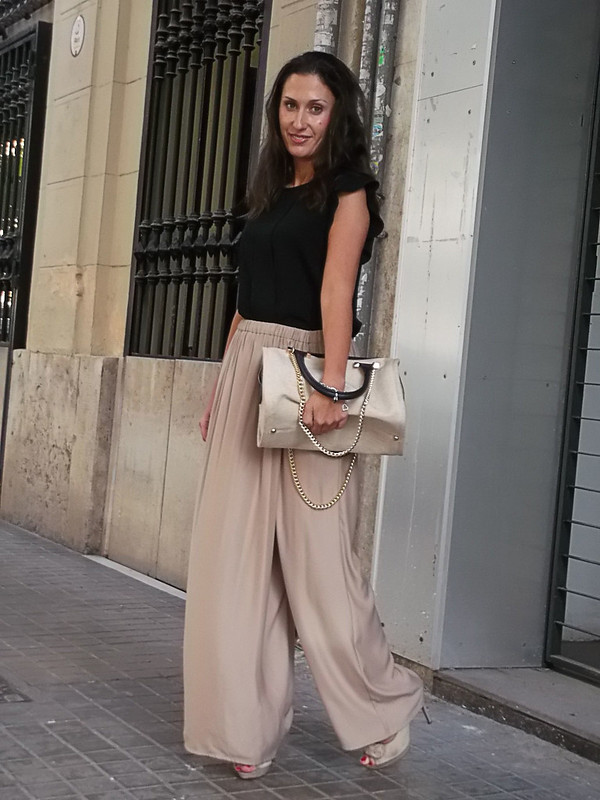 pantalones palazzo beige, blusa negra, sandalias peep toes beige, bolso beige y negro, pulsera con charms, beige palazzo pants, black blouse, beige peep toes sandals, beige and black bag, bracelet with charms