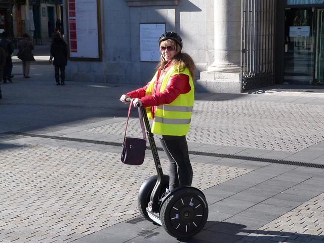 Rebeca montando en segway por Madrid