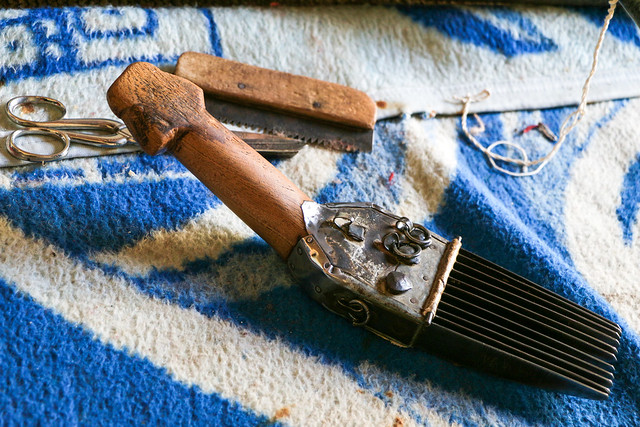 Tools for making qashqai rug, Firuzabad, Iran フィールーズ・アーバード、カシュガイ族の絨毯を作るための道具