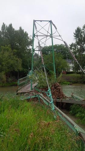 人行天桥洪水破坏