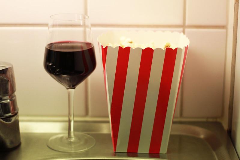 popcorn och rödvin.