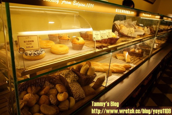 一楼吧台的橱窗内有著琳琅满目的面包
