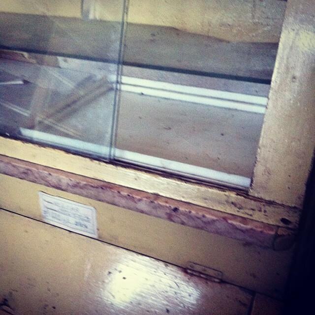 Armário antigo de mercearia para as leguminosas, farinhas e açúcares.
