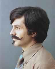 Profiel portret van man met snor en sik / Profile portrait of man with mustache and goatee