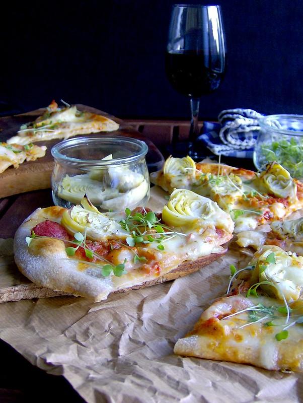 Pizza integral con brotes verdes de rúcula