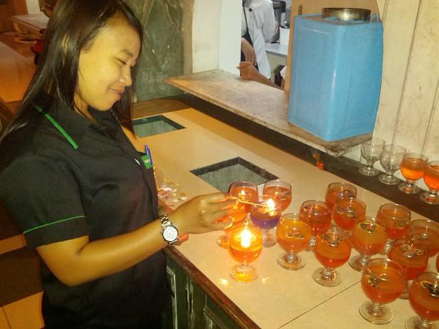 По вечерам работники создают в ресторане романтическую атмосферу, привлекая посетителей из соседних отелей