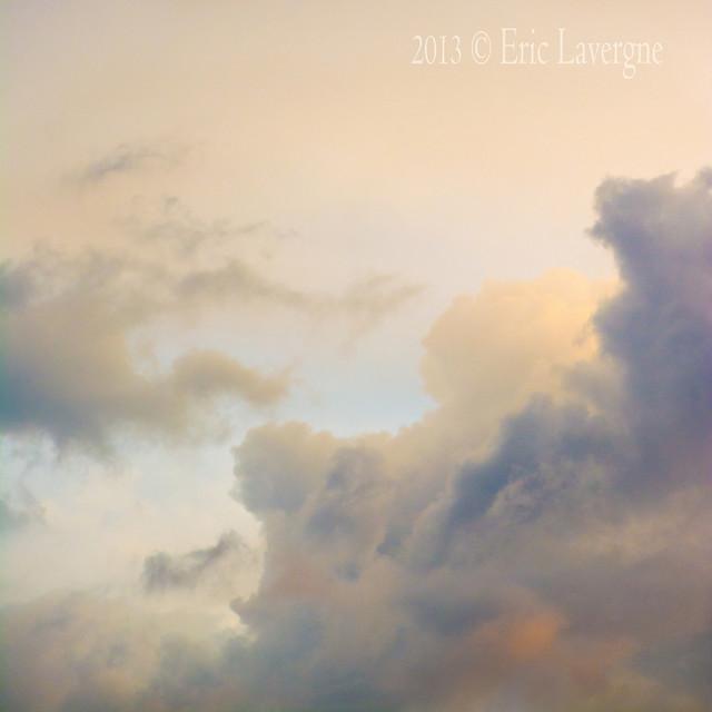 13-06.012 - Como extraños seres en el cielo...