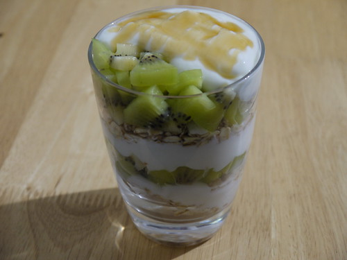 Kiwifruit, yogurt and granola parfait