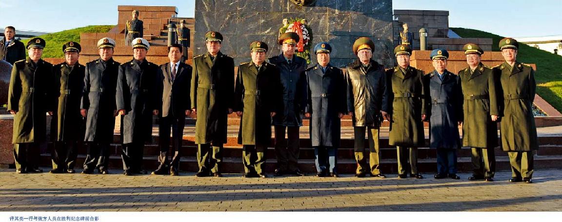 與俄方人員在勝利紀念碑前合影