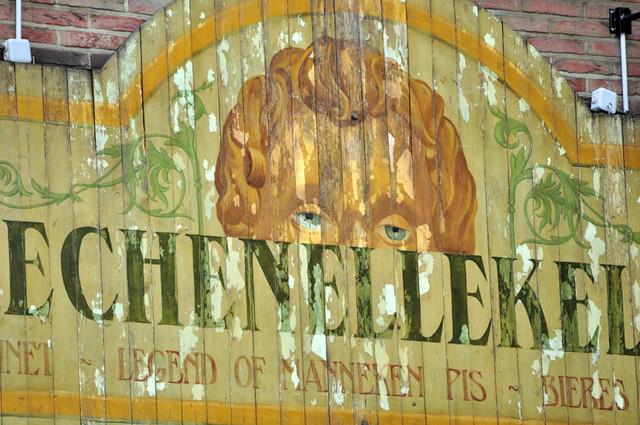 Manneken Pis de Bruselas: Cartel, uno de los tantos que giran alrededor de Manneken Pis Manneken Pis de Bruselas - 11327953106 ef9a5016dc z - ¿ Por qué es tan famoso el Manneken Pis de Bruselas ?