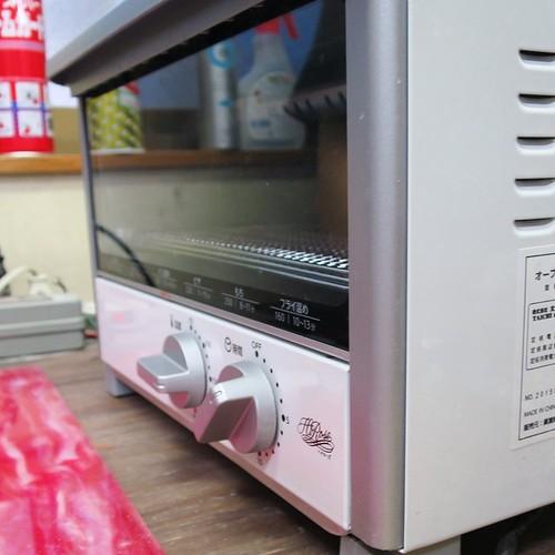 何百万もしそうなレーザーカッターとか、20年もののNCミリングマシーンなんかがある中で、こんな3000円のオーブンが活躍してたりするのが面白い。 #ミユキアクリル