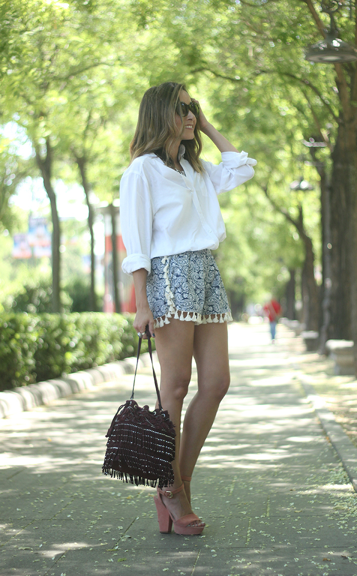 Blue Shorts White Shirt Summer Outfit04