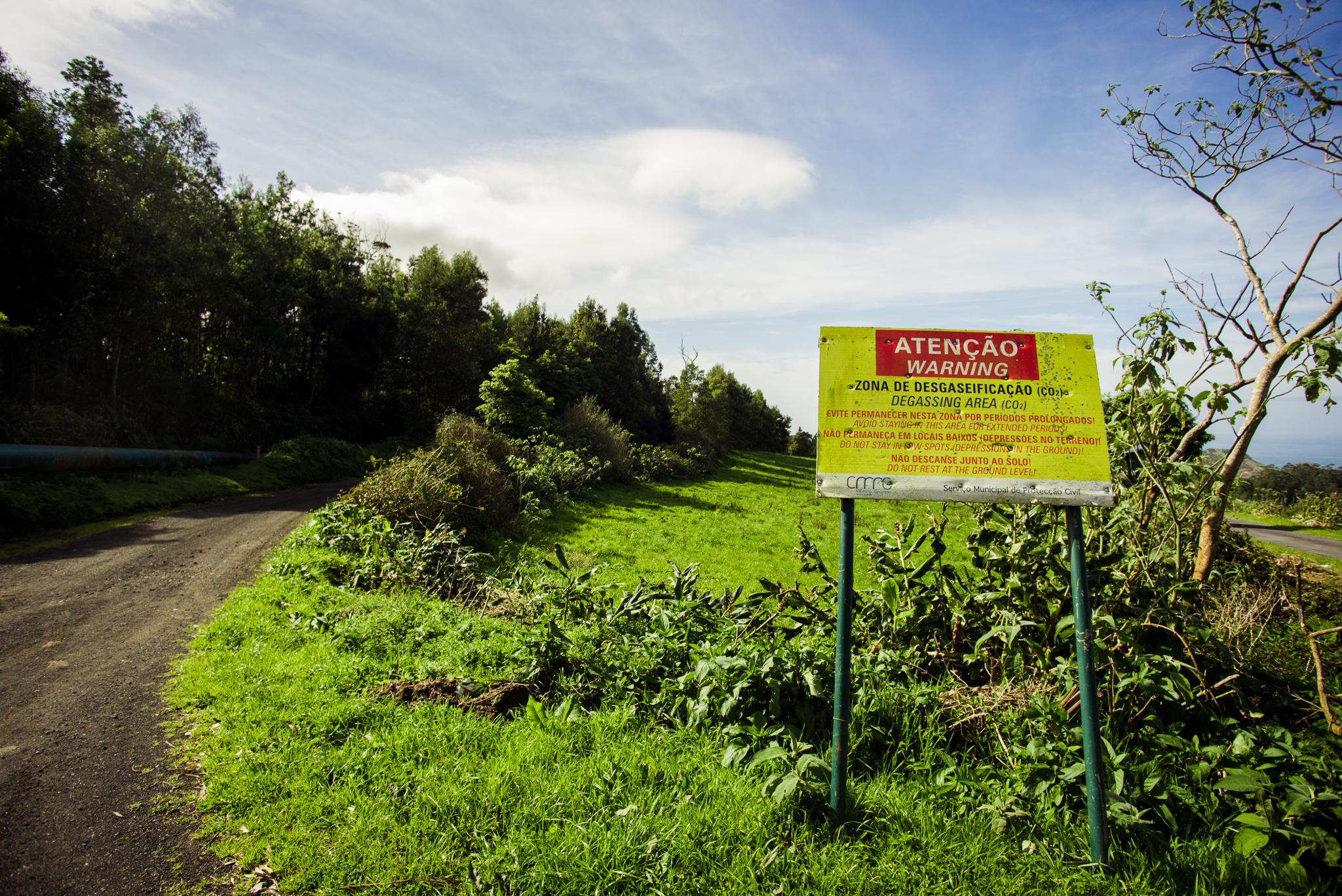 CO2 veszélyre figyemleztető tábla az Azori-szigeteken