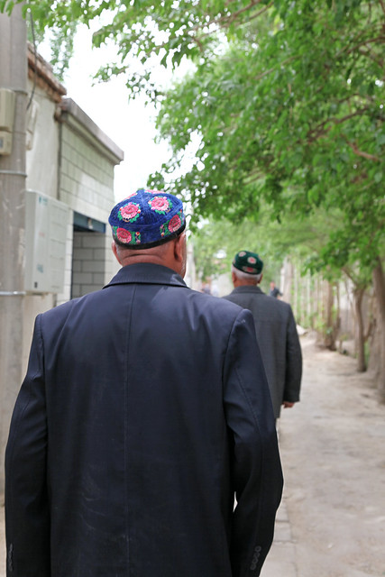 Men walking through an alley, Kumul (Hami) ハミ、路地を歩く男性たち