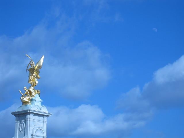 London statue & sky