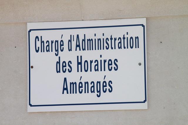 Marseille, chargé d'administration des horaires aménagés. Cour extérieur Conservatoire de musique. Plaque parking