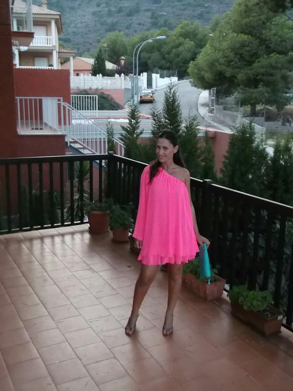 vestido,    escote asimétrico,       rosa flúor,  sandalias doradas,      clutch,         turquesa,         dress,          asymmetric neckline,           fluorine pink,        golden sandals,             turquoise,